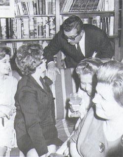 Concepció G. Maluquer amb Folch i Camarasa en la presentació d'Aigua tèrbola. Llibreria Catalònia, 1967.